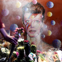 epa05097552 Fans leave tributes to late David Bowie at a mural of the British singer in Brixton, birth place of the late Bowie in London, Britain, 11 January 2016. Well-wishers have flocked to the Bowie mural to pay their respects following the announcement of his death.  EPA/ANDY RAIN
