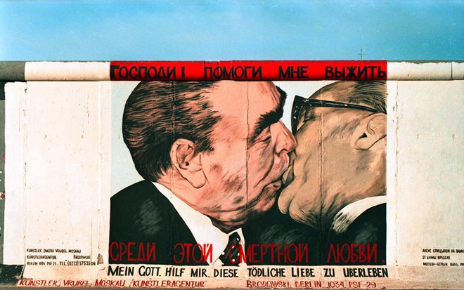 """25.7.1991 """"East-Side-Gallery"""", gelegen zwischen der Jannowitzbr¸cke und der Oberbaumbr¸cke. Reste der Berliner Mauer, die nach der ÷ffnung von vorwiegend ostdeutschen K¸nstlern auf der Ost-Seite bemalt wurden."""