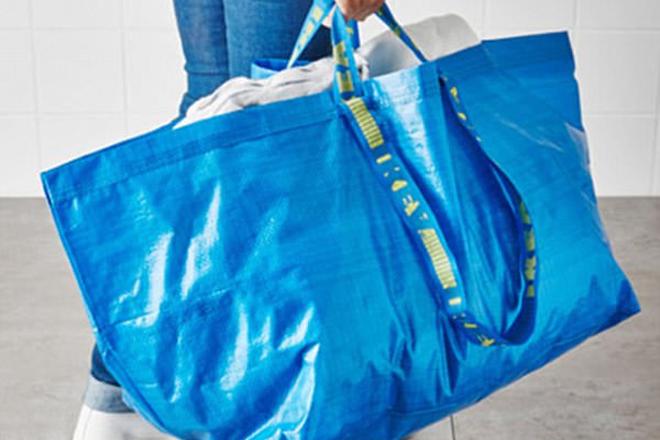 Marca de luxo lança bolsa quase idêntica à sacola de compras popular - Blue  Bus 61a49dc1b14