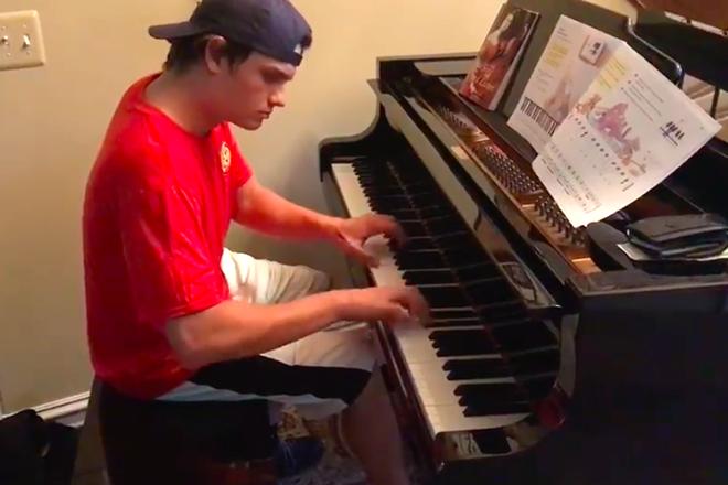 Entregador de pizza surpreende família ao tocar Beethoven no piano – assista